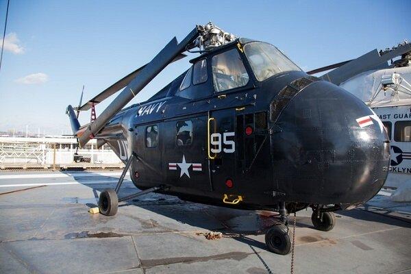 已经收起螺旋桨的军用直升机图片