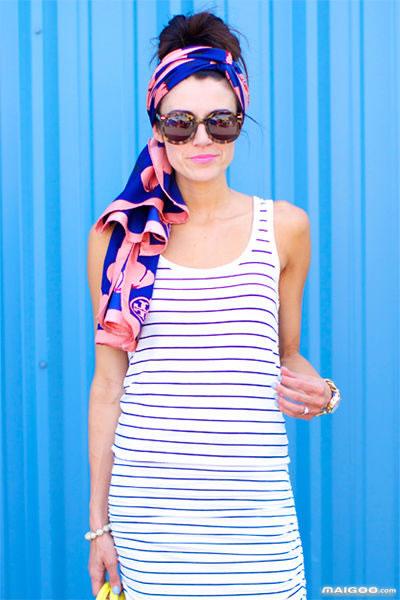 旅行箱里塞上一条你钟情的大丝巾才是明智之举,可以当披肩防晒,可以当